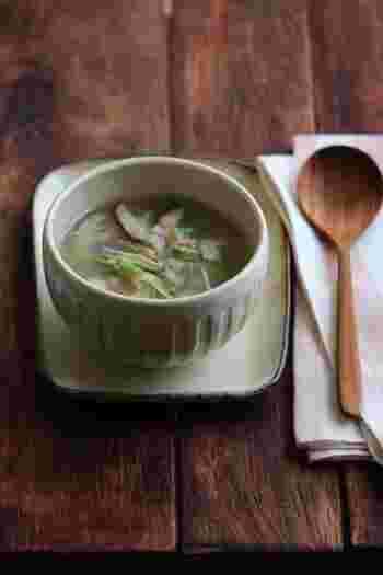 れんこん、桜えび、ショウガ、しいたけ、水菜で作る「おろしレンコンと桜エビの生姜スープ」。れんこんとショウガはすりおろして入れるので、喉ごしも良く、身体もポカポカに。風邪のときに特に良いかも。