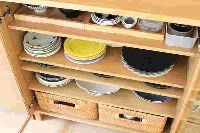 奥行きのある棚だと、奥の食器を取り出すのが不便で手前しか使ってない…なんてことも。 そんなときは、トレイやカゴを上手く使って棚の奥まで有効活用しましょう。