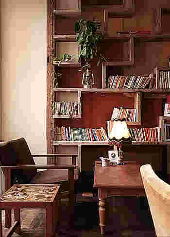 素敵な本棚には本もたくさん!気になった本は手にとって読むことができます。