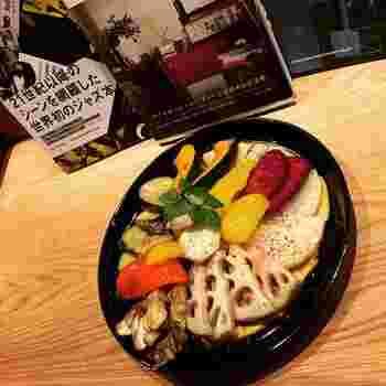 夜のオススメ料理の1つ「季節野菜のソテー」は、じっくりと焼き上げた旬の野菜がたっぷり。ワインやパンに良く合うんだとか。