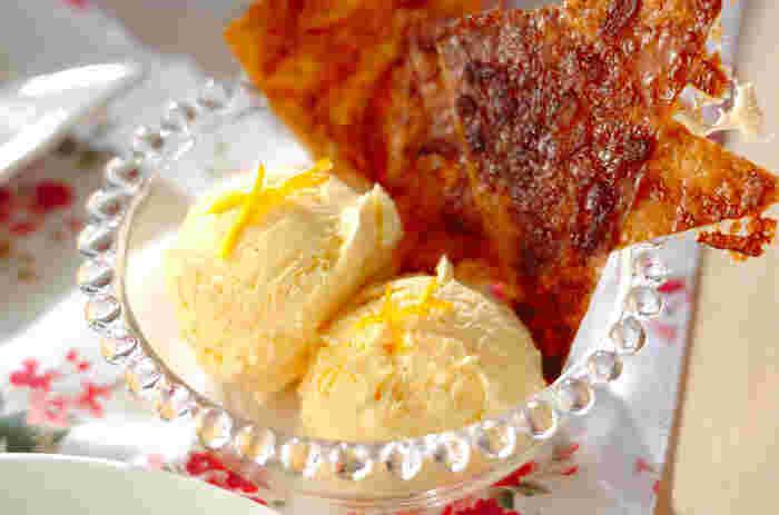 春巻きの皮にバターやゆずジャムを塗ってオーブンで焼き、アイスクリームに添えます。パリッと香ばしく、アイスをのせて食べるのもおすすめです。