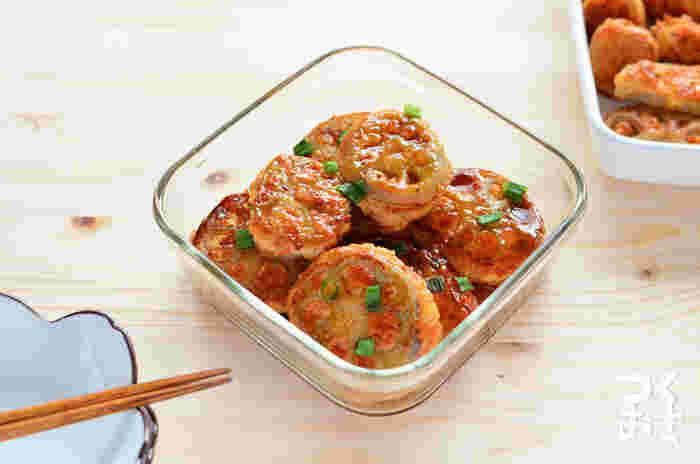 メインおかずにもなり作り置きもできる、お役立ちなれんこんのはさみ揚げレシピ。タネにはんぺんを加えるので冷めてもふわふわ、シャキッとしたれんこんによく合いますよ。5日持つので、お弁当のおかずとしてストックしておいても良さそう。