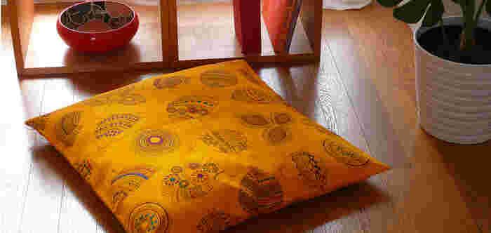 ■涼しい部屋で夏を感じる色とデザイン 夏はエスニック柄を取り入れたくなりますね。座布団カバーも夏仕様に変えてみませんか?黄色に青や緑の柄が入って、無造作にリビングに置くだけでも魅力的です。
