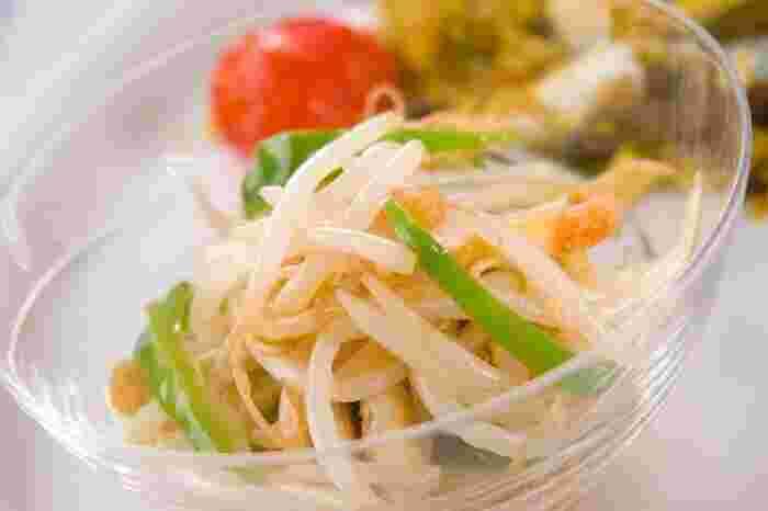 ピーマン、もやし、油揚げで作るさっぱりとしていて食感も◎のサラダ。見た目もさわやかで、リーズナブルな材料で作れるコスパの良いサラダです。