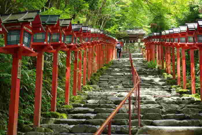 京都市左京区にある鞍馬寺。中心地から山のほうに向かうので、夏でも木陰の涼しさを感じられるスポットです。大阪方面から京阪電車と叡山電車に乗って鞍馬駅まで。鞍馬駅からは徒歩3分ほどで鞍馬寺の山門に到着します。そこからは、脚に自信がある方は徒歩で。のんびりと行きたい方はケーブルカーを利用して散策してください。