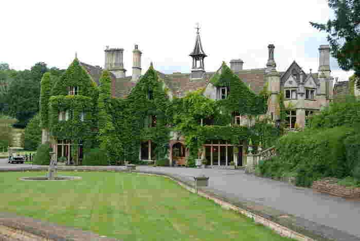 カッスル・クームには、14世紀に建てられたマナーハウス(貴族の館)があります。蔦に覆われた重厚感あふれる外観をしたマナーハウスには、宿泊することもできます。マナーハウスに宿泊し、趣向が凝らされた調度品や内装の豪華さを眺めながら、かつてのイギリス貴族になった気分を味わってみてはいかがでしょうか。