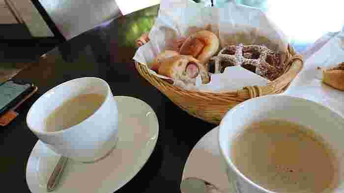 焼きたてパンと一緒にコーヒーやハーブティー、スープはいかがですか?東京から近くてくつろげる行楽地のパン屋さんは、何度でも訪れたくなりますね。