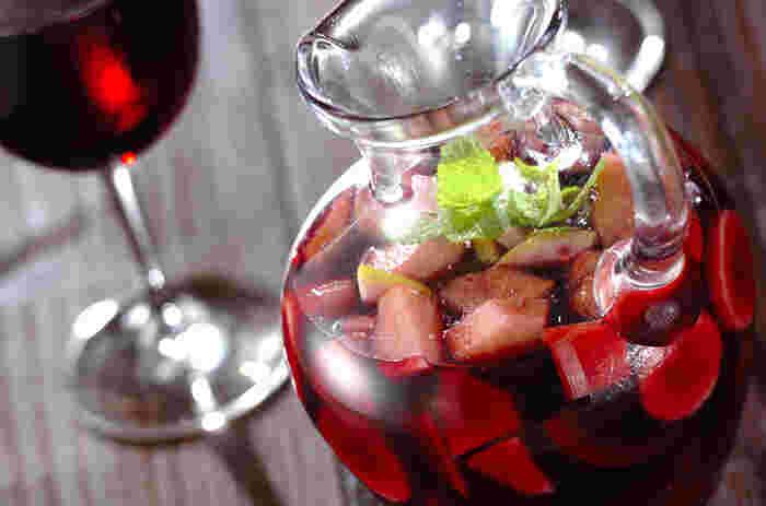 サングリアの作り方は簡単。ワインに砂糖を混ぜ、適当な大きさに切ったフルーツを入れて冷やすだけ。ワインは、赤・白・ロゼ・スパークリングワインなど好きなものを使っていいようです。砂糖の量はお好みで。