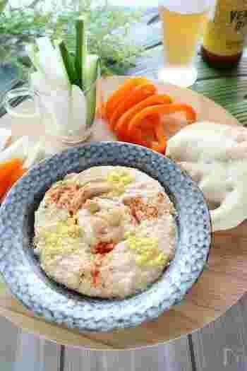 こちらはひよこ豆の水煮缶を使って作るお手軽レシピ。材料をフードプロセッサーに入れて混ぜるだけ!なのでとっても簡単。フムスそのものの栄養価が高いので、カロリーなどが気になる方は、サラダに沿えたり野菜スティックのディップにするのがオススメ。