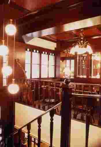 店内は、大正ロマンの雰囲気あふれる重厚な造り。インテリアにも大正時代のアンティークな香りが漂い、クラシックが静かに流れます。