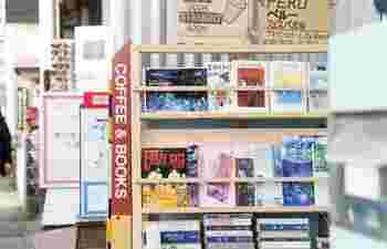 清澄白河の古書店「しまぶっく」の渡辺さんが選んでくれた本を、100冊弱くらい扱っています。古書の魅力を美味しいコーヒーと一緒に楽しんで下さい。