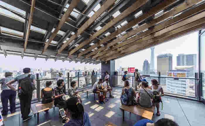8階には無料の展望テラス。浅草の街並みやスカイツリーなどが一望できます。上から見る街の様子はビュースポットとして人気です。
