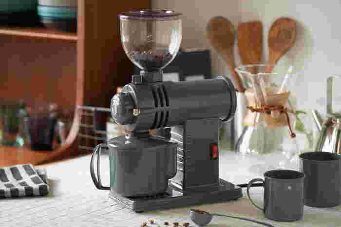 コーヒー専門店で豆を購入すると好みの粗さに挽いてくれますし、もともと挽いた豆が袋詰めされているのも多いですね。ですが、豆は挽いた時が一番香り高いので、自宅でミルを使って挽くとより一層楽しむことができます。「挽きたてコーヒー」というキャッチフレーズが多いのはそのためなんですね。