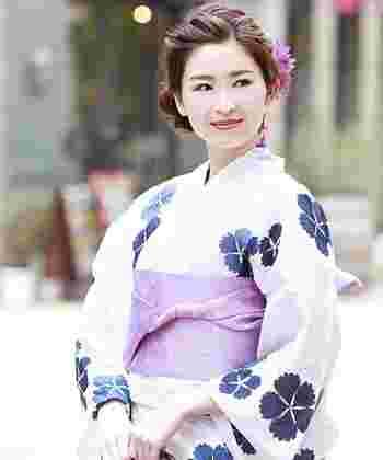 日本人にとっては馴染み深い「撫子(なでしこ)」。花言葉は「純愛」「大胆」。清楚なだけではなく、凛々しい勇敢なイメージもある花です。可愛らくも大人びた印象にも見せられるので、年齢を問わず着こなせます。 全体をキリッと引き締めたいなら、帯のカラーでメリハリをつけて。