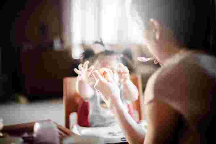 これらの「敏感期」の発達ニーズを理解したうえで、適した環境を準備することが、モンテッソーリ教育の基盤です。この期間は限られていて、この時期を過ぎてからその能⼒を獲得するには、多⼤な労⼒が必要になります。 この「敏感期」のタイミングを意識して、これからご紹介する「育児の心得」を実践すると、効果的な働きかけができますよ。