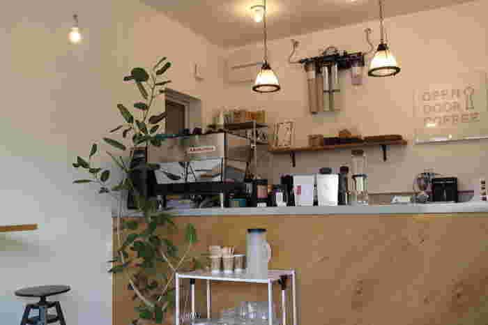 """""""コーヒーのセレクトショップ""""であるこのカフェは、世界最高レベルのスペシャルティコーヒーだけを取り扱っています。 でもだからと言って、入りにくさは微塵もなく、明るい店内にはベビーカーを押しながらでも入店できる優しい雰囲気が。"""