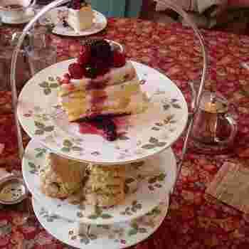 イギリスの陶磁器メーカー「ウェッジウッド」のお皿に盛りつけられたボリュームたっぷりのケーキやスコーン、サンドイッチ。本格的な英国式アフタヌーンティーに、お腹も心も満たされます。