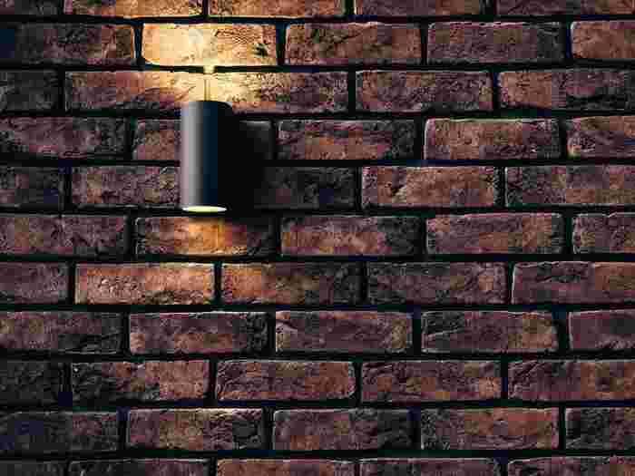 レンガの壁ってカフェみたいな雰囲気を出してくれて憧れますよね。ですが100円ショップでも手に入るレンガ柄のリメイクシートを使って簡単に壁をおしゃれにすることができます。