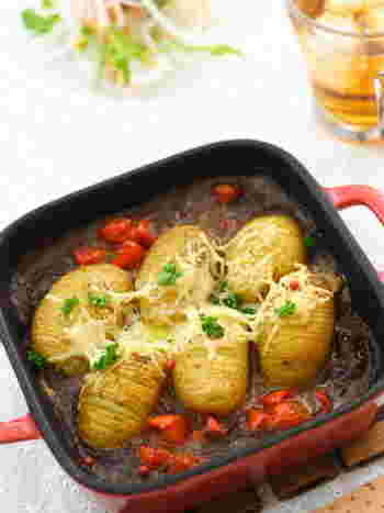 カレーといっしょに焼いた変わり種ハッセルバックポテト。カレーは焦げやすいので、様子を見ながら焼きましょう。