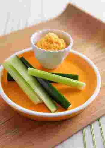 オレンジ色が鮮やかなキャロットディップ。クリームチーズの代わりに、水切りヨーグルトに混ぜてヘルシーに仕上げるのもおすすめです。