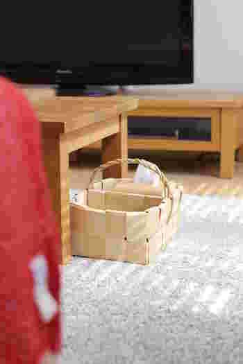 普段は、テーブルの下のこの位置が定位置なんだそうですが、取っ手を持ってひょいっと持ち上げられるので、お掃除の時も楽ちんですね!