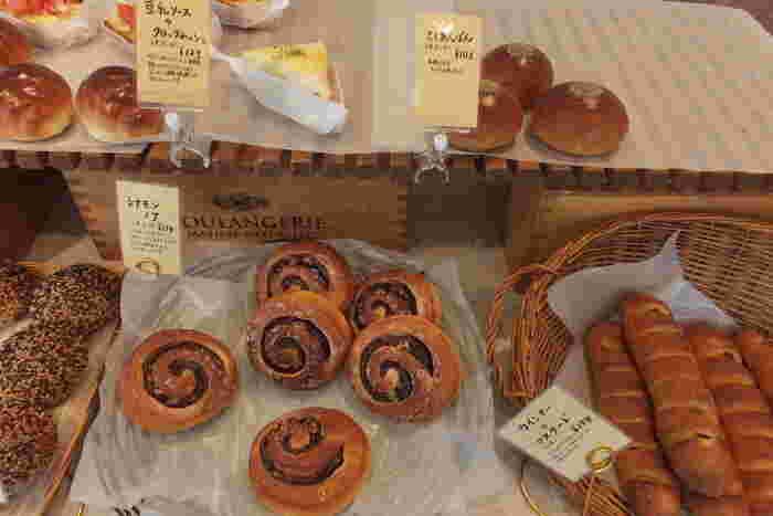 お店の中には5~6席ほどのイートインスペースもあり、購入したパンを食べることもできます。セルフでコーヒー1杯無料のサービスもあり、美味しいパンをいただきながらちょっとひと休みしてみても◎