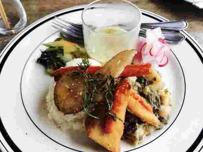 ランチは朝倉やうきはの食材を中心に使ったビーガン料理で、彩り豊かな野菜をたっぷりと味わうことができます。ドーナツなどのスイーツもあるので、食後にコーヒーと共にぜひ♪