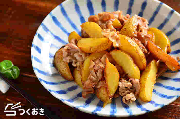 ホクホクのじゃがいもと豚肉で、食べ応え満点の「豚肉とじゃがいもの照り焼き」。調味料も塩、醤油、酒、みりん、砂糖とおうちにあるもので出来るので、覚えておくと助かるレシピです。