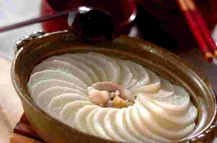 豚バラ肉と大根の2つの具材で作る「花びら大根鍋」。大根を画像のように綺麗に並べればなんだかとっても心が踊るそんなお鍋に仕上がります。豚バラの旨味を大根が吸い込んでとってもジューシー。柚子胡椒との相性も良さそうですね。