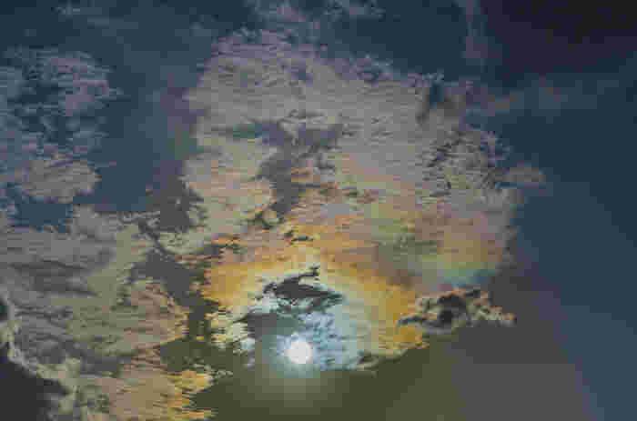 """いかがでしたか?いつまででも時間を忘れて眺めていたい彩雲。彩雲は""""薄い雲が上空高くにかかった晴天時の太陽近く""""に起きる確率が高い現象なので、この条件の日に空を眺めると彩雲に出会えるかもしれませんよ。"""