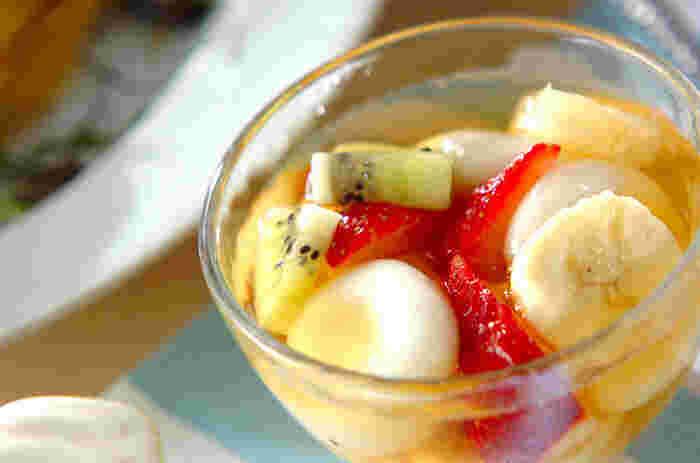 シンプルな白玉を、フルーツたっぷり&リンゴジュースに浮かべたら、まるでフルーツポンチのようなみんな笑顔になれるデザートのできあがり♡ ○●○ 【材料】 白玉粉1/2カップ 水1/5~1/4カップ イチゴ4~5個 パイナップル適量 バナナ1/2本 キウイ1/2個 リンゴジュース(果汁100%)100ml