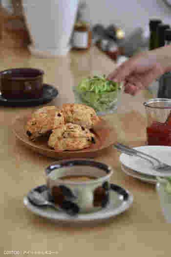 素朴な雰囲気のカップ&ソーサーと、ナチュラルなプレートの組合せがおしゃれな雰囲気です。手持ちの食器との組み合わせが楽しめる北欧ヴィンテージ食器は、長い時を経た独特の風合いも魅力のひとつ。食卓にお気に入りの食器があるだけで、いつもの朝食が特別な時間になりそうです。