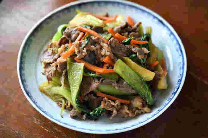 牛肉とチンゲン菜をたっぷり使った、彩りも栄養も良しの炒め物レシピ。調味料に甘みを加え、にんにくも効かせて旨みアップで仕上げます。