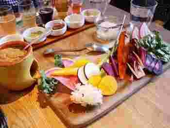 女性に人気のバーニャカウダは、珍しいお野菜がたっぷり。濃いめのソースはビールとの相性も抜群です。