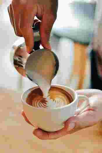 コーヒーの特徴によって、一緒に楽しむスイーツにもそれぞれ相性があると言われます。たとえば酸味の強いコーヒーには、同じく酸味のあるフルーツを使ったスイーツや、軽い味わいの焼き菓子を。苦みの強いコーヒーには、ティラミスなどのしっかり甘いケーキを。そしてミルクたっぷりのカフェラテには、同じ乳製品であるバターなどを使った焼き菓子や、ミルクと好相性のチョコレート風味のお菓子などがおすすめです。