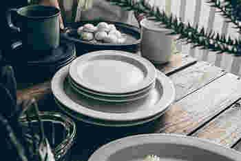 シンプルなデザインながらも、キリっとした太めのリムが額縁のようにお料理を引き立ててくれるプレート。サイズはS&Lの2サイズ展開、色はホワイト・グレー・ブリス(真鍮色)の3種類から選べます。