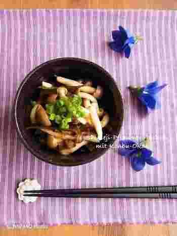 比較的価格の変動が少ないしめじを使った常備菜です。梅の酸味とおかか・昆布の旨味が絶妙にマッチ。ごはんにも合いますよ。