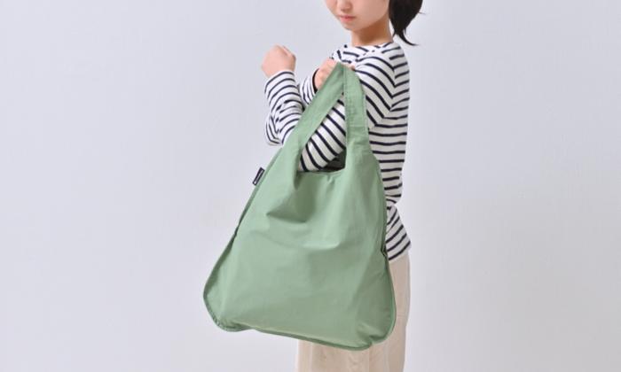 シンプルなデザインで、お買い物の他にお出かけ用としても使えそうなバッグです。ベルトが太めで持ちやすく、耐久性もばっちり。