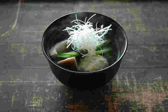 鶏肉のお団子はホロホロと柔らかく、優しいお味。春なら菜の花、夏ならオクラ、秋冬は根菜類と、合わせるものを季節ごとに変えれば一年中おいしくいただけるので、お夕食の定番にしたいスープです。