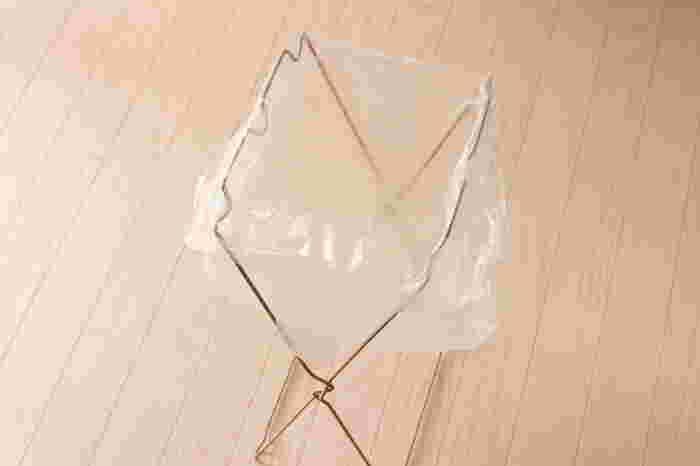 少量のゴミを捨てたい時にぴったりなのが、こちらのスタンド。ダイソーにあるお買い得なアイテムで、袋を引っ掛けるだけで使えます。1枚で大きく使っても良いですし、突起があるので2枚掛けて分別してもOK。