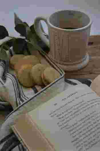 集中して本を読んでいると、甘いものが欲しくなりますよね。読書時間のおやつは、片手でぽんと口に放り込めて、一口で食べられるコロンとしたサイズのお菓子がベスト。クッキーやビスケット、マカロンなどのおやつをおともに、本の世界を楽しみましょう。