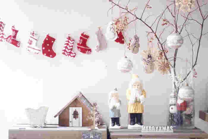 または小さな枝ツリーをリビングや玄関の一角に置いて、プチプラ雑貨とともにクリスマスコーナーを作るのも、大人のハイセンスなクリスマスの風情を醸し出せ、クリスマス期間を心地よく過ごせそう。