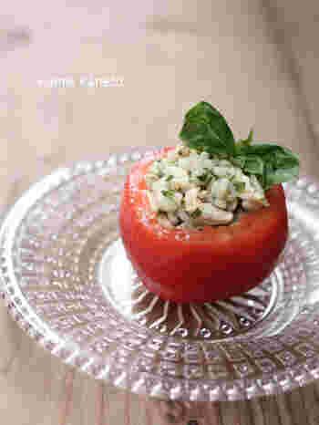 押し麦のプチプチ感がたまらないトマトのファルシー。茹でたての押し麦は、温かいうちにドレッシングに和えると、味がよく馴染みます。レモン汁、バジル、にんにくでさっぱりとした味わいです!