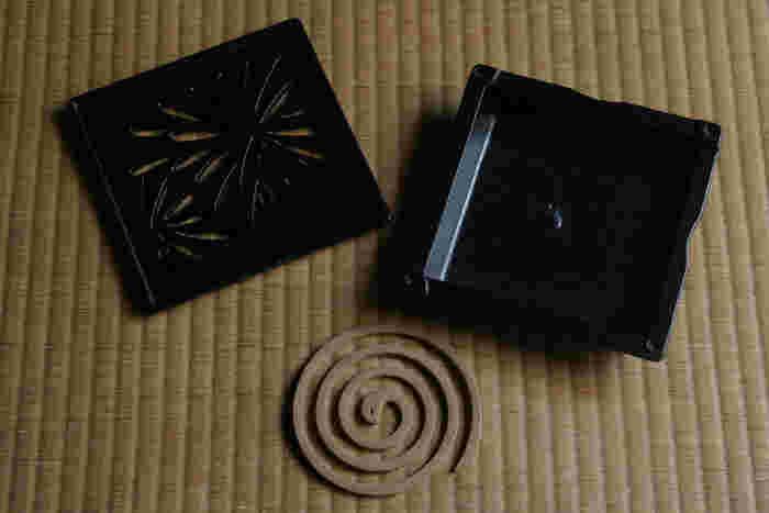 こちらは三重県桑名市の地域ブランド、『くわな鋳物』の蚊やり器です。400年の歴史を持つ鋳造技術を活かし、熟練の職人さんが一点一点手作業で仕上げています。居間や玄関に置くだけで絵になる蚊やり器は、三重県の伊勢型紙を思わせる伝統的な美しい図柄も特徴です。