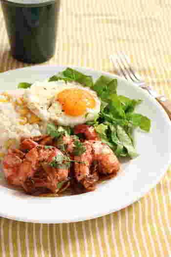 ハワイ名物のガーリックシュリンプ。ガーリック風味のエビと旬のトウモロコシごはんとの組み合わせもばっちり。多めの油でカリッと香ばしく焼くのがポイントです。