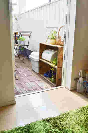 ベランダで使うお掃除グッズや、植物のお手入れに必要な道具類など。細々したものは収納BOXやシェルフにまとめておくと、見た目もスッキリした印象になります☆