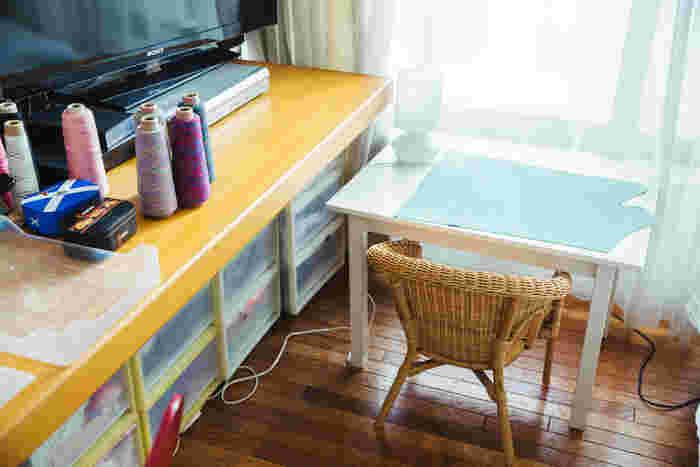 作業スペース横にある小さな机は、商品の撮影や、息子さんの勉強机として使用
