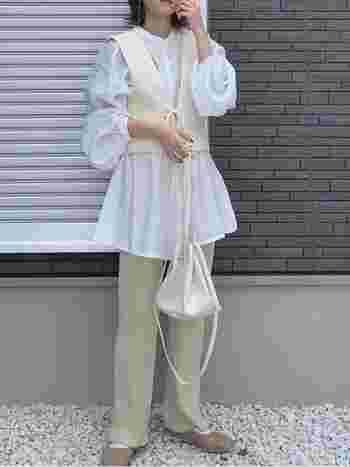 今季はビスチェを使ったコーデも注目されています。いつもの白シャツに合わせるだけで鮮度のある着こなしにアップデートしてくれますよ。