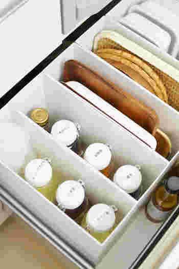 さまざまなオイルや調味料をビンに入れてラベリング。大きさをそろえるのがポイントです。