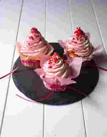食紅を使ってピンクにしたクリームと白のままのクリームを合わせて絞ると、おめでたい紅白のカップケーキになります。誕生日以外にも、お正月やさまざまなお祝いのシーンで出せますね。